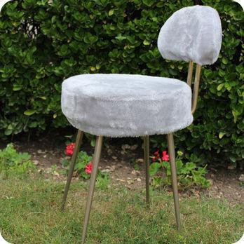 meubles vintage chaises fauteuils petite chaise fourrure ann es 70 fabuleuse factory. Black Bedroom Furniture Sets. Home Design Ideas
