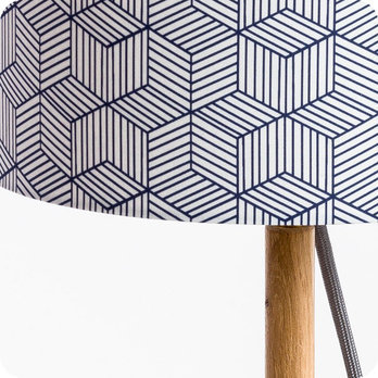 lampe sur pied design en ch ne naturel et medium scandinave avec abat jour en tissu g om trique. Black Bedroom Furniture Sets. Home Design Ideas