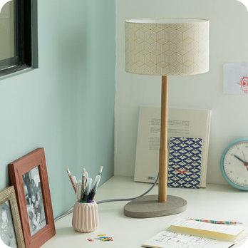 Lampe sur pied design en bois naturel et medium gris b ton for Lampe de bureau sur pied